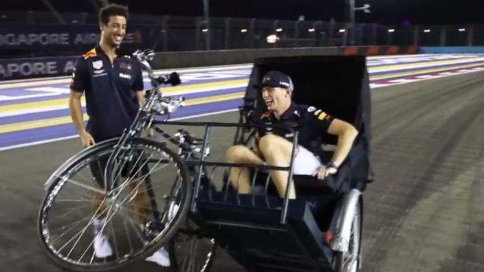 VIDEO: Ricciardo en Verstappen verkennen circuit Singapore per fietstaxi