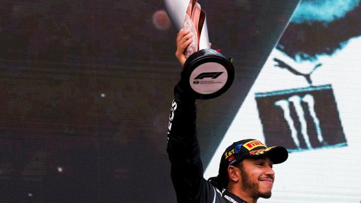Alonso aangereden tijdens fietsrit, Hamilton verwelkomt Brady bij club van zeven | Social Wall