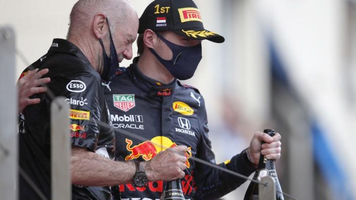 Steiner ziet Mercedes meer fouten maken onder druk: 'Verstappen kan kampioen worden'