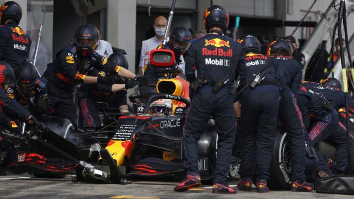 Red Bull door pitstop Verstappen steviger aan de leiding in DHL-klassement