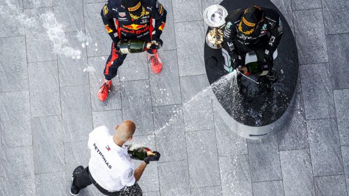 """Verstappen over podium met Mercedes-duo: """"Voel me vijfde wiel aan de wagen"""""""