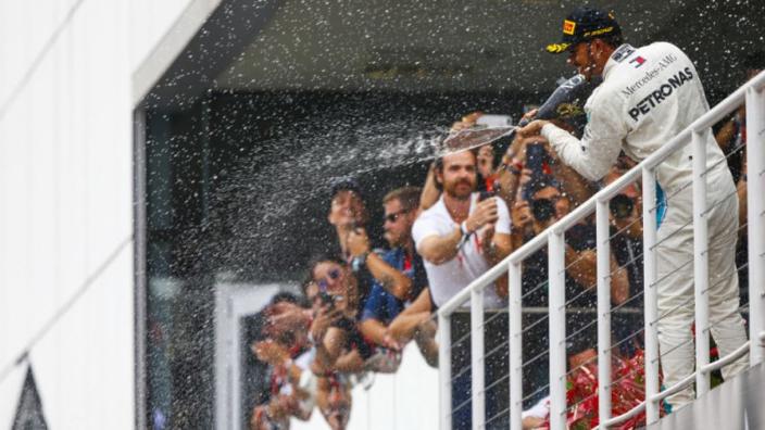 Hamilton genoot van blijdschap bij Mercedes: 'Was geweldig om iedereen te zien feestvieren'