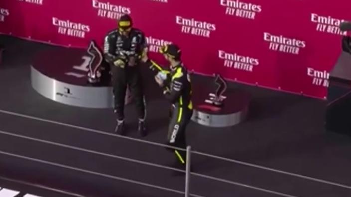 VIDEO: Ricciardo en Hamilton doen gezamenlijke 'Shoey' op podium