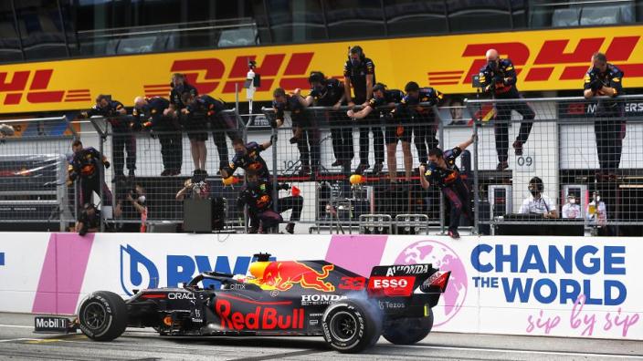 Albers ziet dat Red Bull de beste auto heeft: 'Mercedes krijgt serieuze klappen nu'