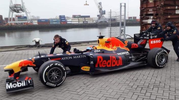 Red Bull-bolide Verstappen scheurt door Rotterdamse haven