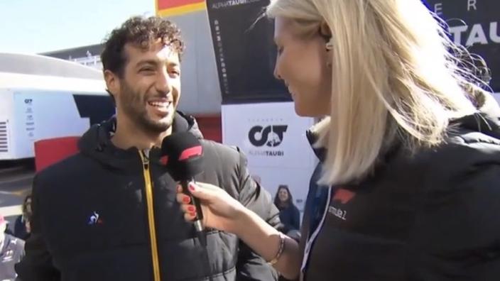 VIDEO: HAHA! Ricciardo verbergt frustratie op geheel eigen wijze!