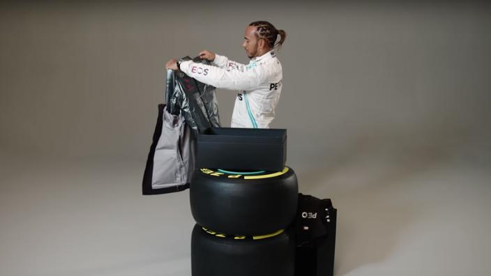 VIDEO: Hamilton doet een unboxing van de 2020 Mercedes-outfit