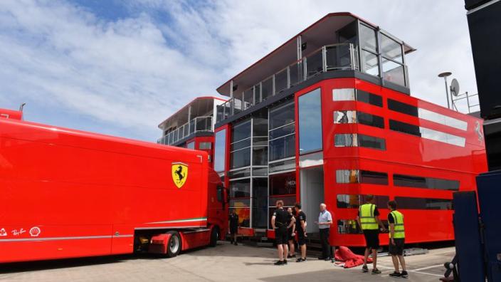 Ferrari treft ongenode gasten in vrachtwagen op Silverstone