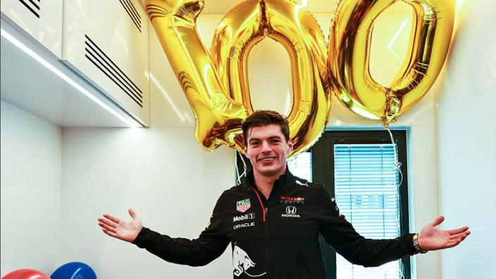 Verstappen krijgt ballonnen voor 100e race bij Red Bull