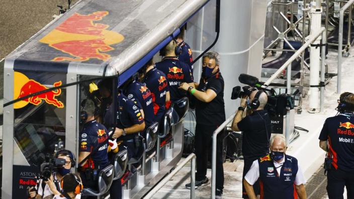 Wie zitten er in de Formule 1 allemaal bij de pitmuur en wat doen ze?