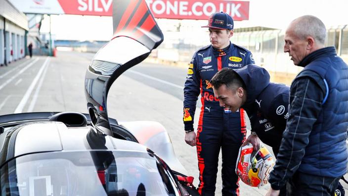 IN BEELD: Verstappen en Albon de baan op met de Aston Martin Valkyrie!
