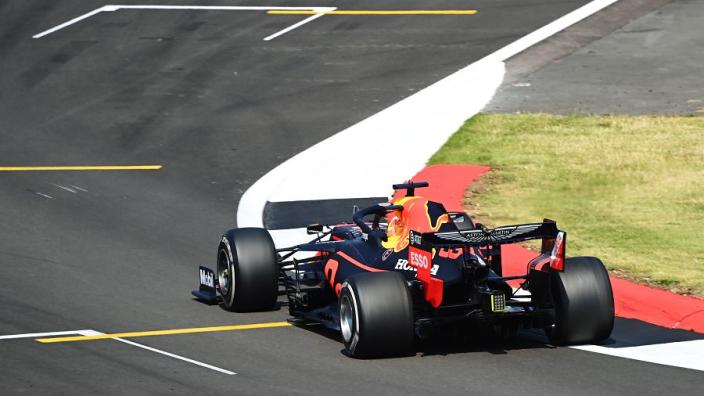 Sublieme Verstappen geeft Mercedes het nakijken en wint op Silverstone