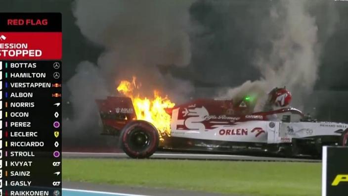 VIDEO: Kimi Räikkönen ziet vlammenzee om zich heen grijpen, besluit zelf te blussen