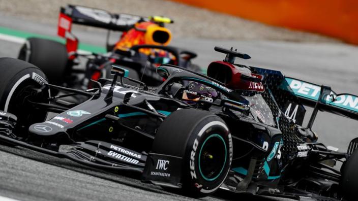 Eerste vrije training Oostenrijk: Mercedes laat tanden zien, Verstappen dichtbij