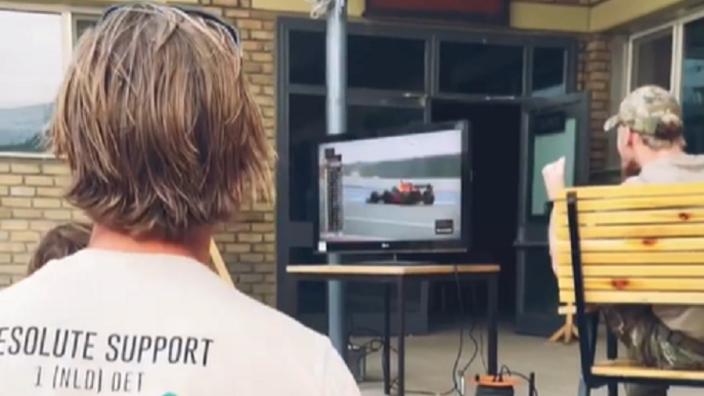 VIDEO: Nederlandse militairen in Afghanistan vieren inhaalactie Verstappen