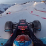 Verstappen scheurt in Red Bull F1-wagen over skipiste