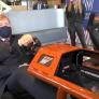 VIDEO: Koning Willem-Alexander neemt het in simulator op tegen Doornbos