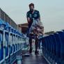 IN BEELD: Vettel helpt na afloop race met opruimen op Silverstone